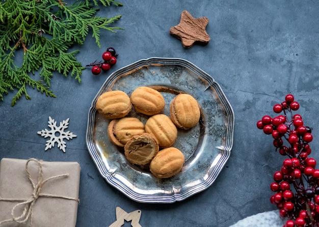 Ingelijst lay-out van kerstversieringen, geschenken, noten en thuja. kerst lay-out.