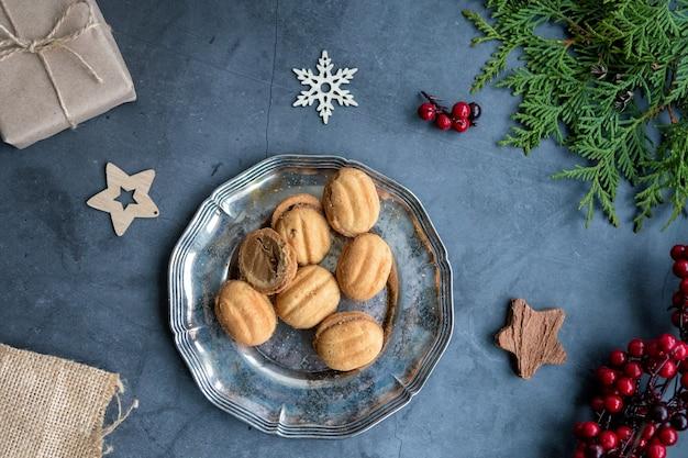 Ingelijst lay-out van kerstversieringen, geschenken, noten en thuja.