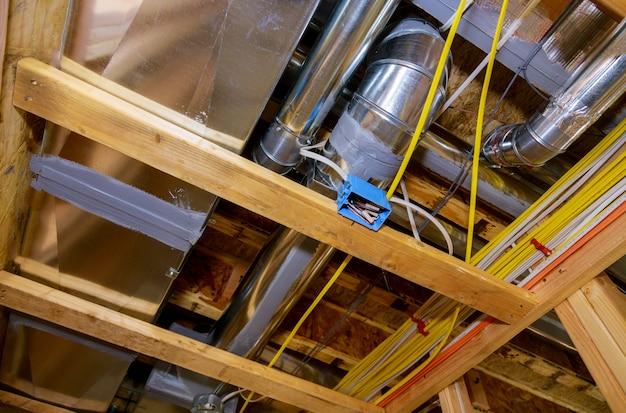 Ingelijst woonhuis met basis ruw leidingsysteem van verwarming voltooid op nieuwbouw
