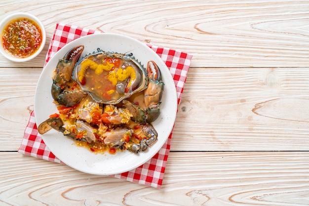 Ingemaakte krabeieren met zeevruchten pittige saus