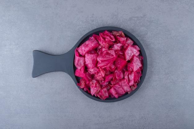 Ingemaakte rode kool in een pan
