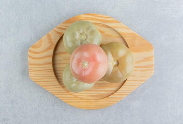 Ingemaakte tomaten op een houten bord