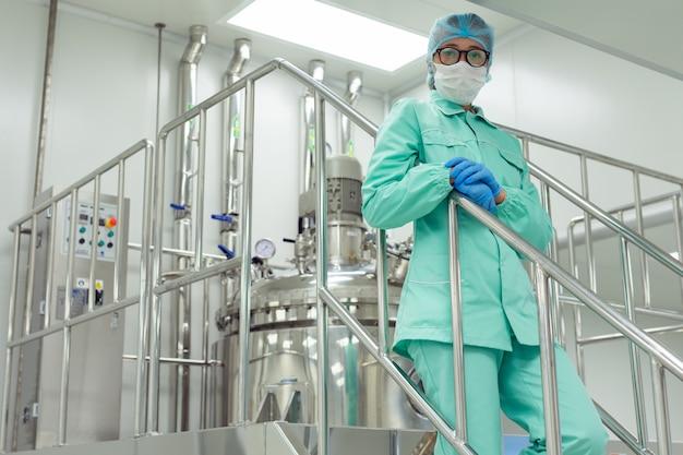 Ingenieur aan het werk in de fabriek
