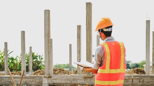 Ingenieur aannemer man werk veiligheidsindustrie project, controleer het ontwerp van het huisplan en onderzoek naar de grootte en kwaliteit in bouwconstructies.