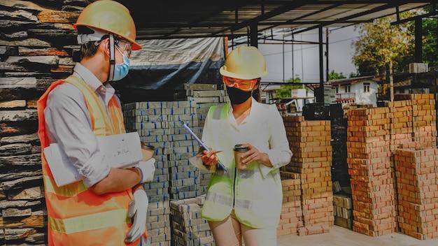 Ingenieur aannemer team vergadering werkplan industrie project op de bouw bouwplaats