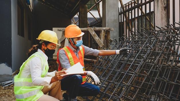 Ingenieur aannemer teamvergadering werk industrie project check huisplan ontwerp op bouwplaats