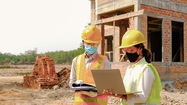 Ingenieur aannemer teamvergadering werkplan industrieproject en controleer ontwerp op bouwplaats