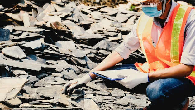 Ingenieur aannemer werk industrie project controleer de grootte en kwaliteit van de steen op de bouwplaats