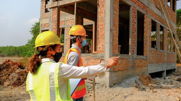 Ingenieur aannemersteam ontmoet werkveiligheidsplan industrieproject en controleer ontwerp op de bouwplaats.