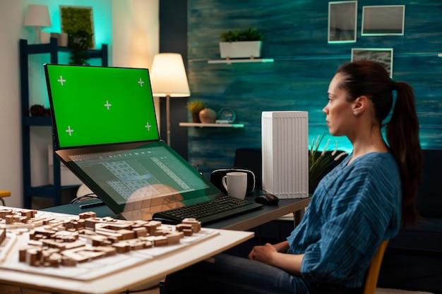 Ingenieur architect met behulp van groen scherm en blauwdruk