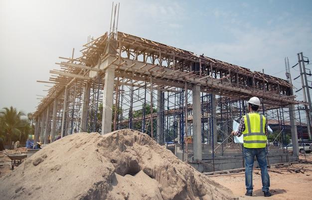 Ingenieur bezig met bouwplaats