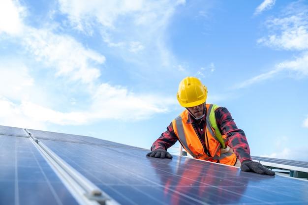 Ingenieur bezig met het controleren van apparatuur in zonne-energiecentrale, zonne-energiecentrale tot innovatie van groene energie voor het leven.