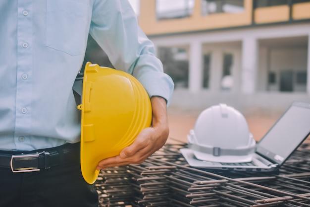 Ingenieur bij de bouwwerf met bouwvakker