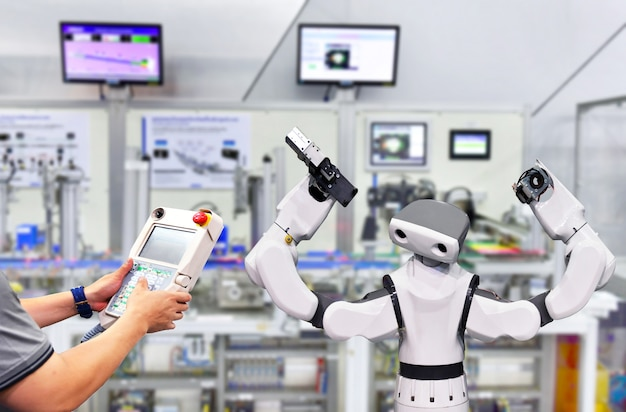 Ingenieur controle en controle automatisering modern robot-systeem in fabriek