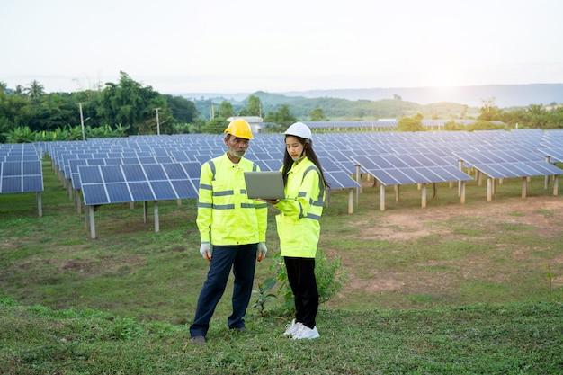 Ingenieur controle van warmte en werking van zonnepaneel van paneel op zonne-energiecentrale.