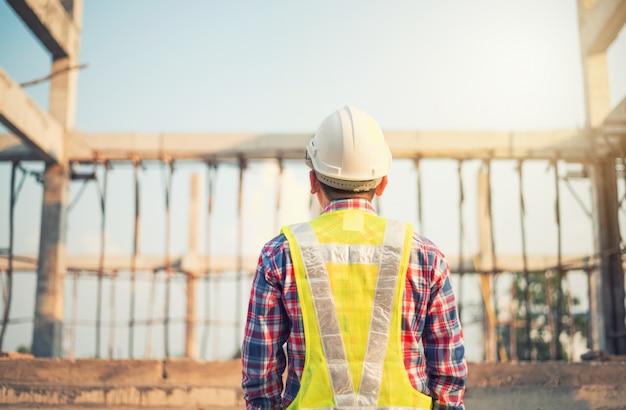 Ingenieur die aan bouwterrein werkt