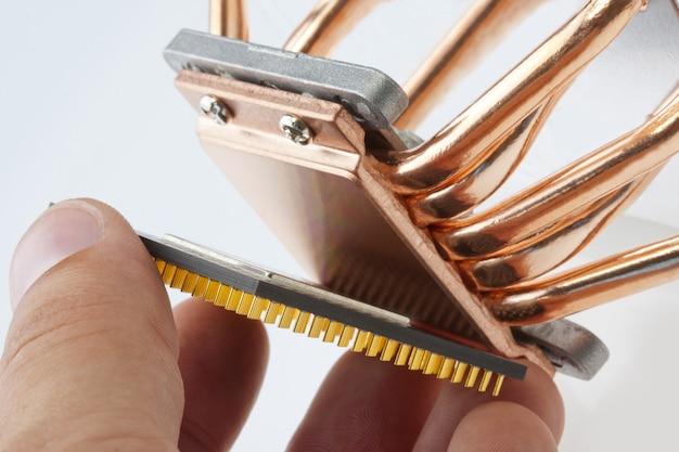 Ingenieur die computerprocessor installeert