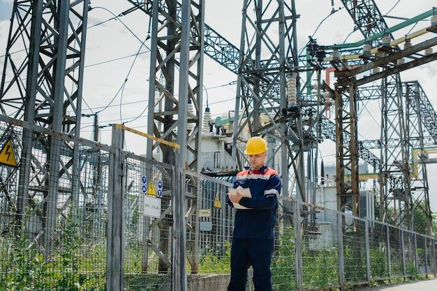 Ingenieur die de apparatuur van het onderstation inspecteert