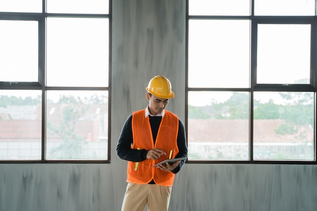 Ingenieur die de bouwprojectplaats inspecteert