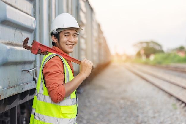 Ingenieur die de trein controleerde voordat de dienst verschillende systeemcontroles uitvoerde.