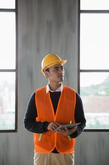 Ingenieur die inspectie bij de projectinstallatie doet