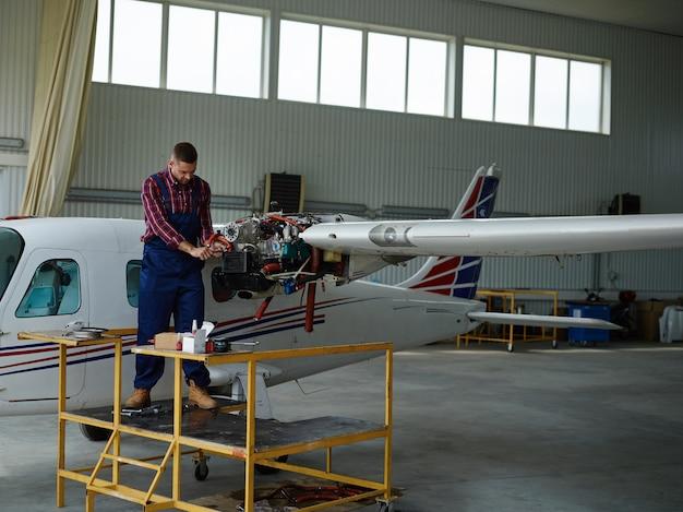 Ingenieur die met een vliegtuig werkt