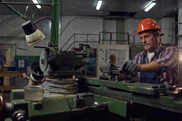 Ingenieur die metaaldetails snijdt