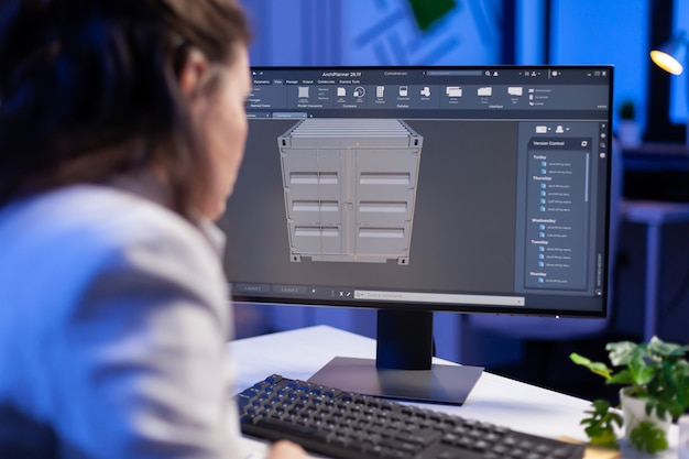Ingenieur die naar cad-software kijkt 3d-prototypeontwerpconcept van container die overwerkt in bouwbedrijf
