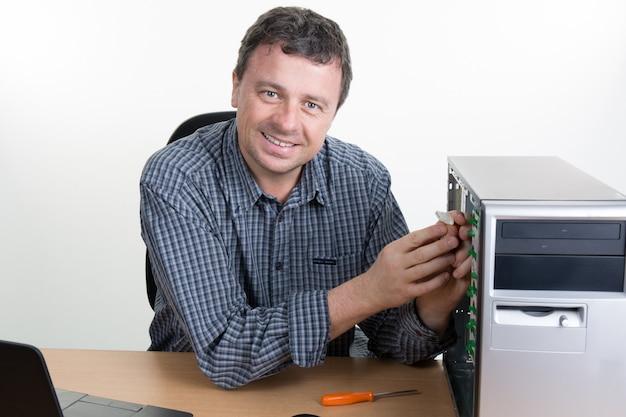 Ingenieur die personal computer herstelt