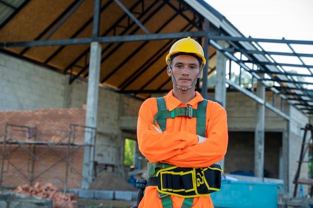 Ingenieur die veiligheidsharnas en veiligheidslijn draagt