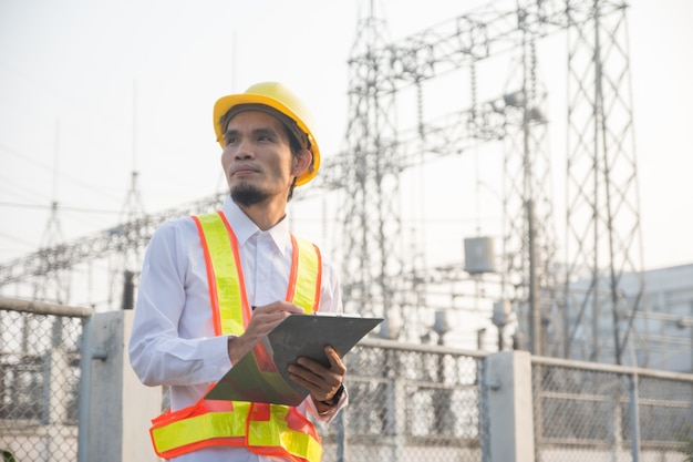Ingenieur die veiligheidssysteem in elektriciteitscentrale, hoogspanningsinstallatie controleert