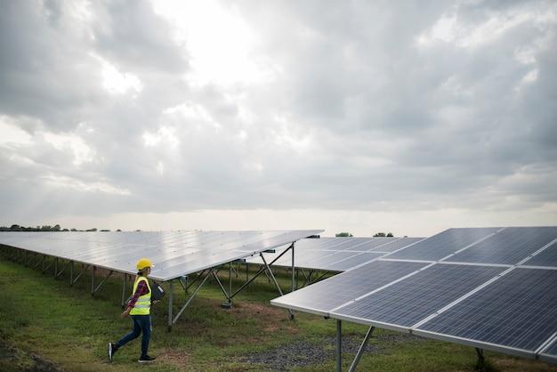 Ingenieur elektrische vrouw controleren en onderhoud van zonnecellen.