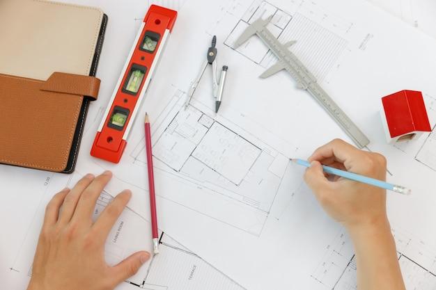 Ingenieur en architect concept, bovenaanzicht van ingenieur architecten en interieur ontwerper office team dat werkt met blauwdrukken