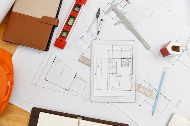 Ingenieur en architect concept, bovenaanzicht van interieur ontwerper bureau met blauwdruk
