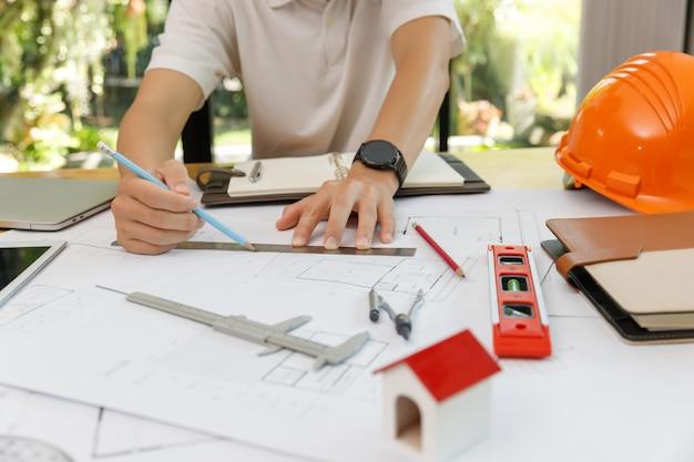 Ingenieur en architect concept, ingenieur architecten en interieur ontwerper kantoor team dat werkt met blauwdrukken