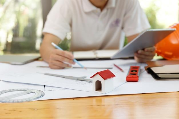Ingenieur en architect concept, ingenieur architecten en interieur ontwerper werken met blauwdrukken