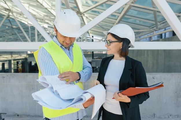Ingenieur en bouwer op de bouwplaats