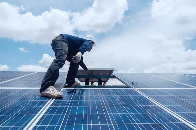 Ingenieur en elektricienteam die zonnepaneel ruilen en installeren