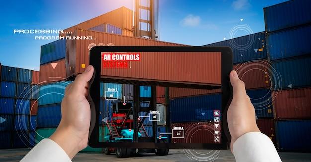 Ingenieur gebruikt augmented reality-software op het terrein van vrachtcontainers