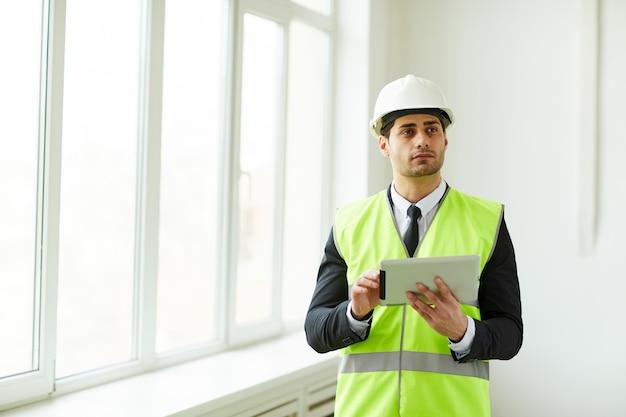 Ingenieur holding tablet