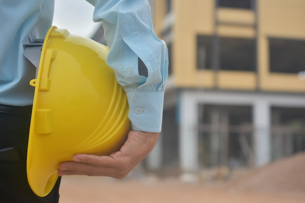 Ingenieur houdt veiligheidshelm vast
