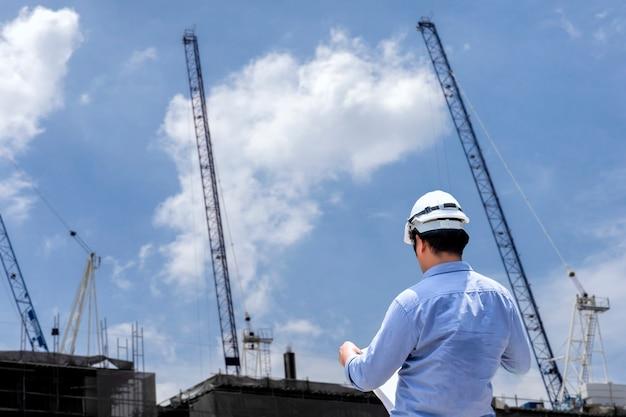 Ingenieur in bouwplaats