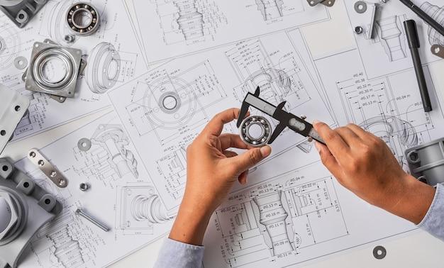 Ingenieur industrieel werkproject dat lagersbeugelhulpmiddelen meet