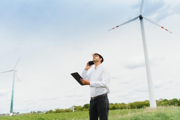 Ingenieur inspecteert projectmanager bij het windpark. man aan het werk in het milieu