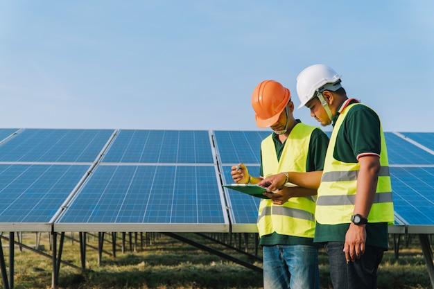 Ingenieur inspecteert zonnepaneel bij zonne-energiecentrale