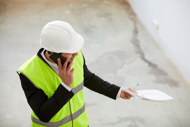 Ingenieur inspecteren bouwplaats