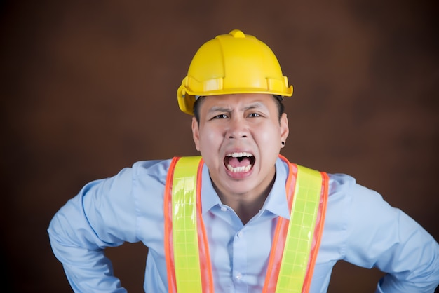Ingenieur man, bouwvakker bang van schrik