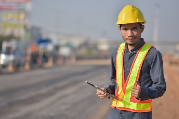 Ingenieur met gele helm
