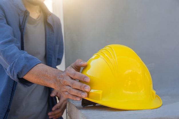 Ingenieur met helm op bouwplaats