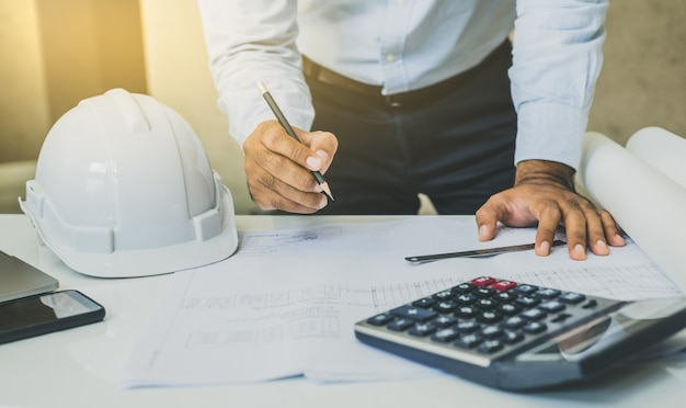 Ingenieur of architecten die planningsproject op bureau werken.
